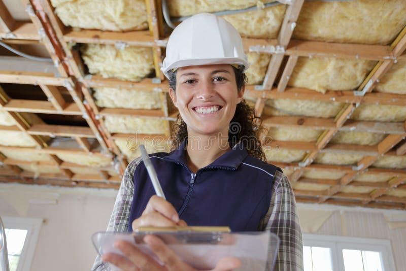 Arbete för kvinnabyggmästarereparation arkivfoton