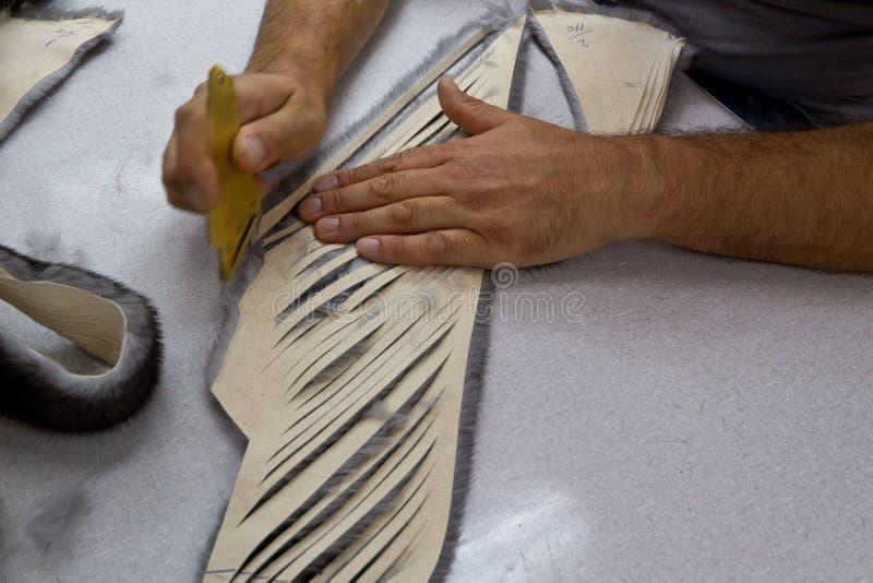 arbete för klädpälsförlage arkivfoton