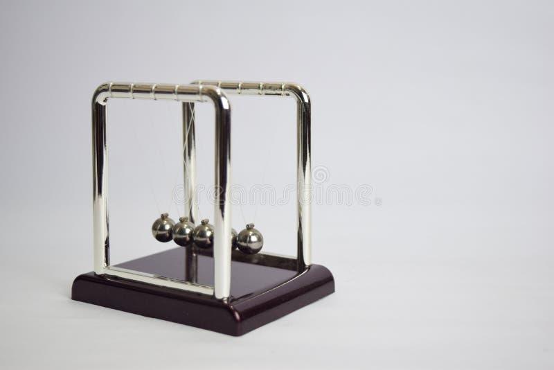 Arbete f?r vagga f?r Newton ` s Utbildning, vetenskap och fysikbegreppet isolerade vit bakgrund royaltyfri foto