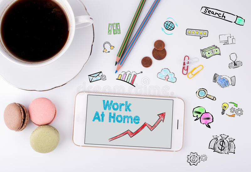 Arbete hemma, affärsidé Mobiltelefon- och kaffekopp på ett vitt kontorsskrivbord royaltyfria foton