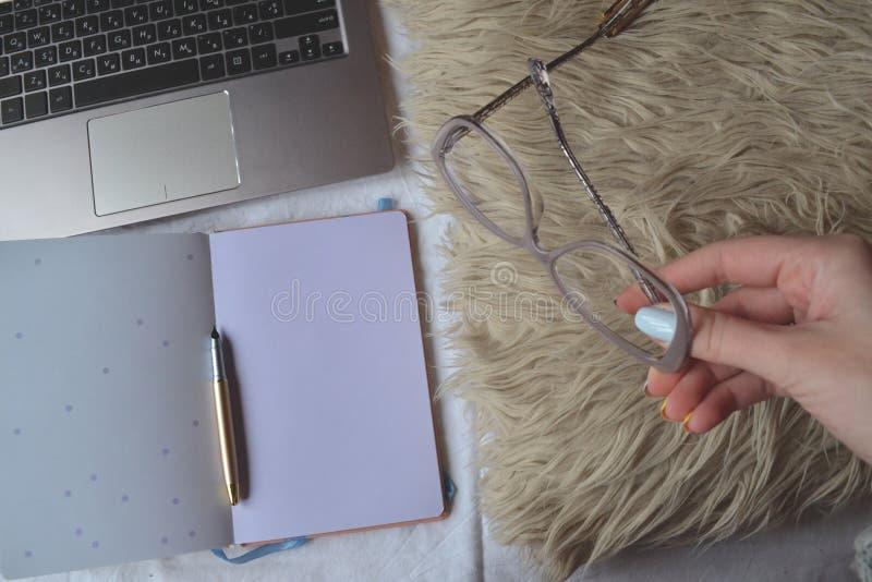 Arbete hemma Hemtrevligt ställe för frilans- arbete Arbetsplats för Freelancer` s royaltyfri foto