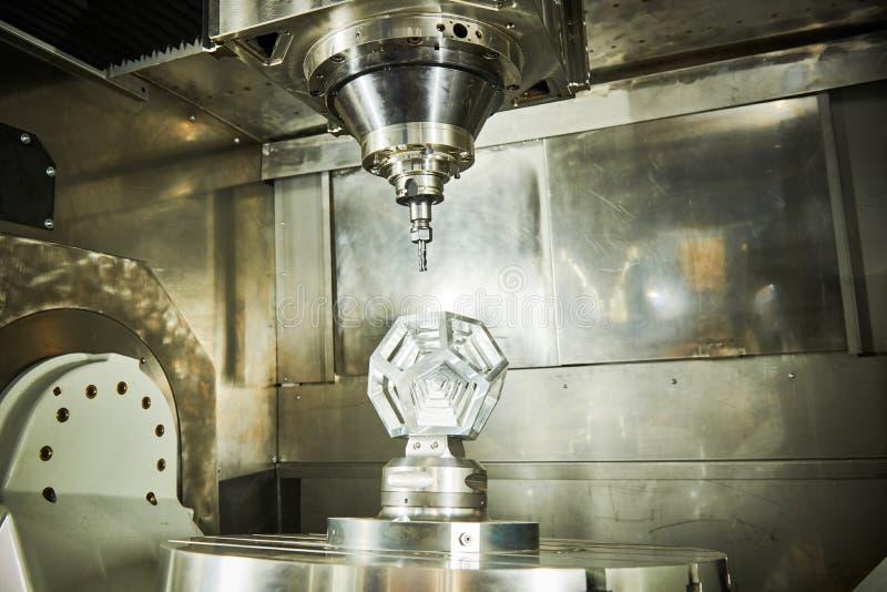 Arbete med CNC-fräsmaskiner Maskinbearbetning med fem axlar inom metallindustrin arkivbilder
