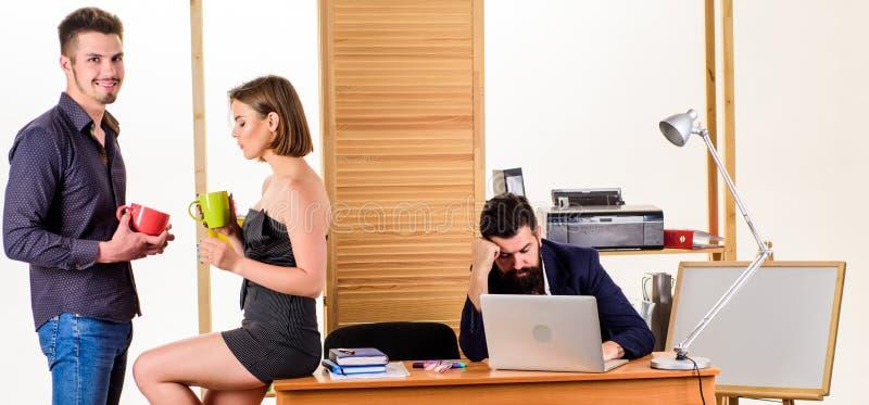 Arbete och att vila jämvikt Unga coworkers som tycker om, vilar avbrottet p? arbete Den nätta kvinnan och stiliga mannen som den  arkivbilder