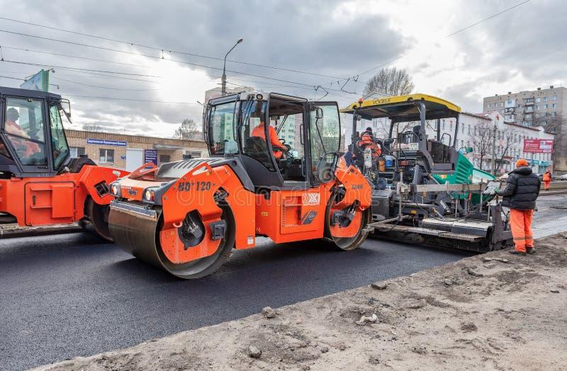 Arbete på att lägga asfaltyttersidan på en stadsgata arkivbild