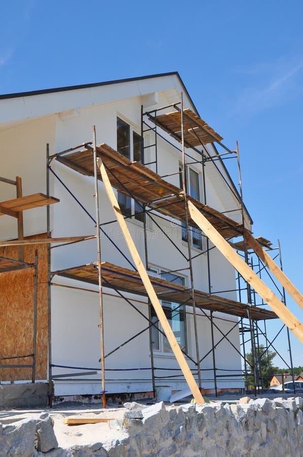 Arbeten för termisk isolering och för målning för fasad för nytt hus royaltyfri fotografi