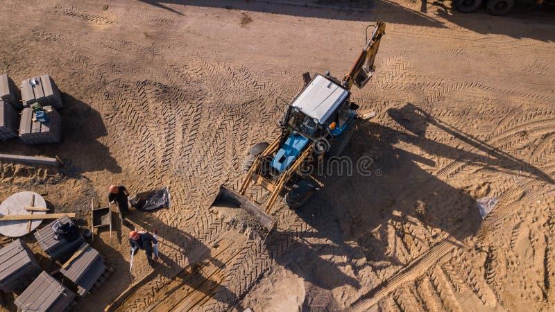 Arbeten för vägtransport, reparation som lägger ett tjockt lager av konkret stor lastbilar för asfalt, traktorer, vägteckning, rö arkivbilder