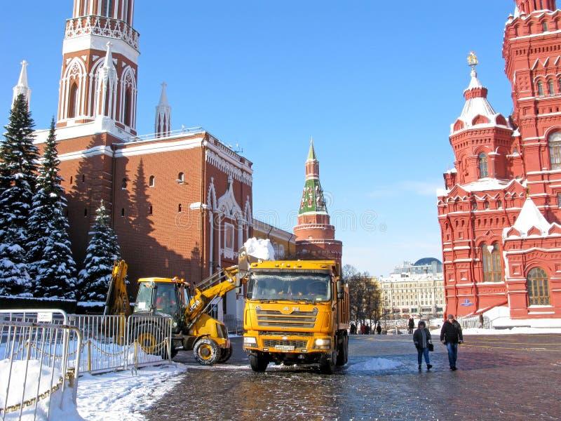 Arbeten på snölokalvård på röd fyrkant i Moskva, Ryssland fotografering för bildbyråer