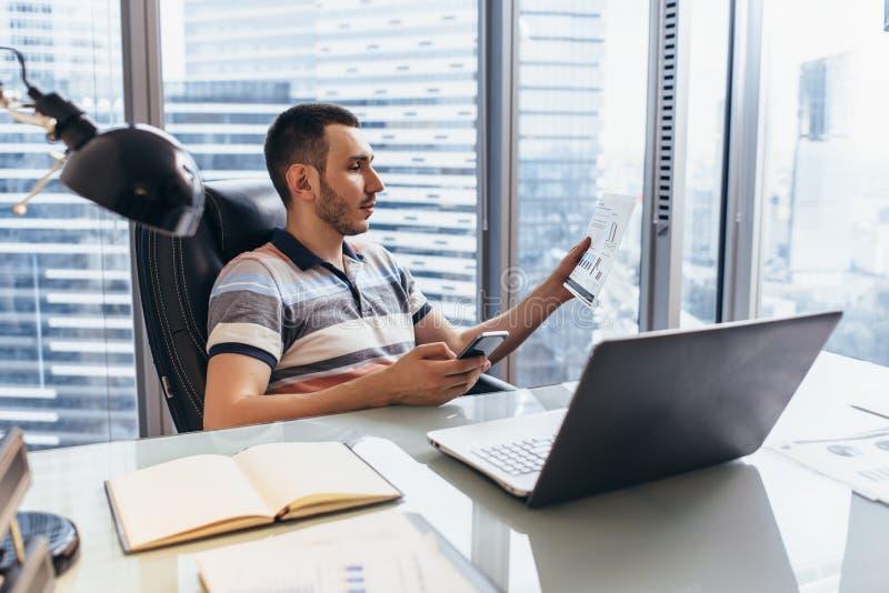 Arbetsdag av maskinskrivning för finansiell analytiker på datoren som analyserar att arbeta med statistik som sitter på arbetspla arkivbilder