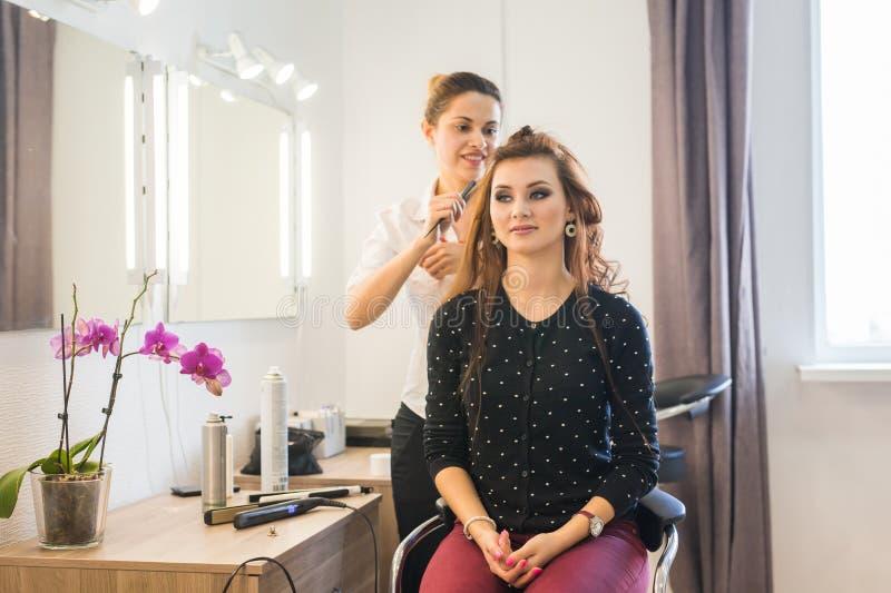 Arbetsdagsinom skönhetsalongen Frisören gör att utforma för hår royaltyfri foto