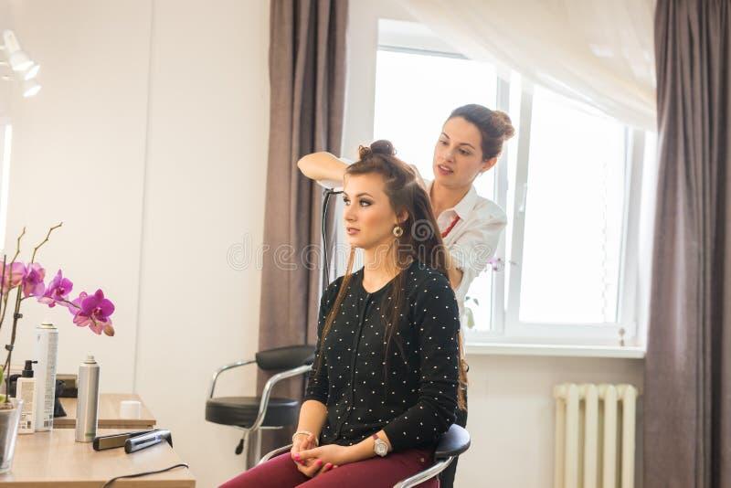 Arbetsdagsinom skönhetsalongen Frisören gör att utforma för hår fotografering för bildbyråer