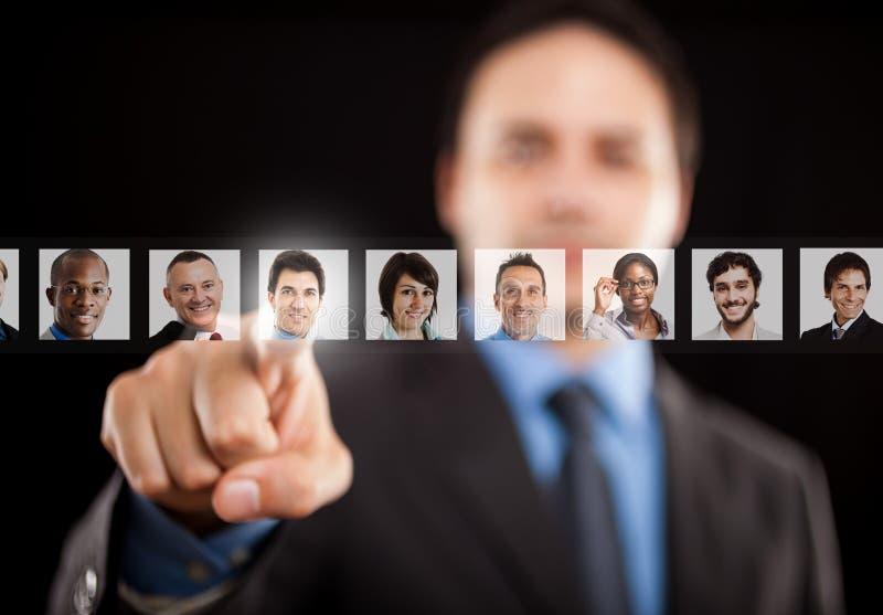 Arbetsgivare som väljer den högra arbetaren arkivfoto