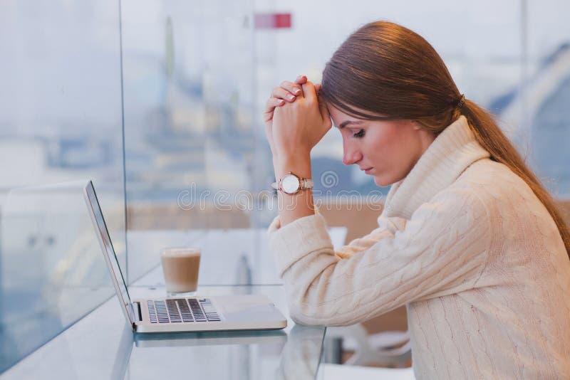 Arbetslöshetbegrepp, problem, ledsen trött kvinna arkivfoton