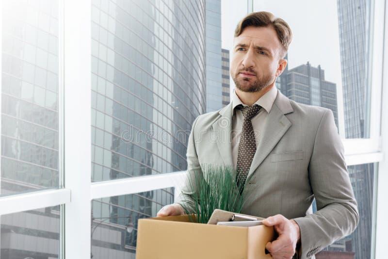 Arbetslöst mananseende i kontoret royaltyfria foton