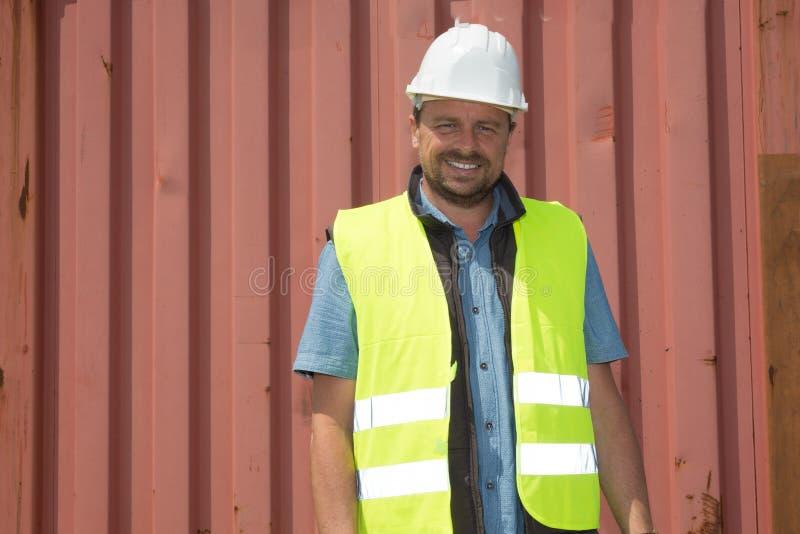 Arbetsledare för skeppsdockaarbetare som kontrollerar behållaredata royaltyfri fotografi