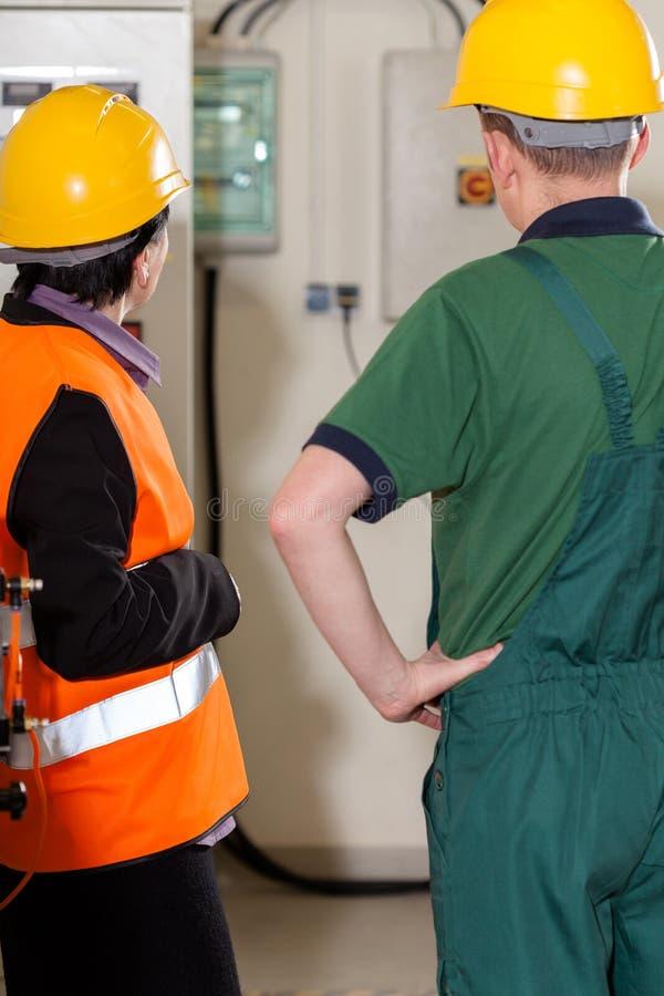Arbetsledare som konsulterar med arbetaren royaltyfria bilder
