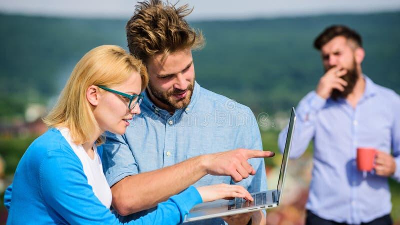 Arbetsnarkomanbegrepp Kollegor med bärbara datorn arbetar den utomhus- soliga dagen, naturbakgrund Paret arbetar illvilja av kaff fotografering för bildbyråer