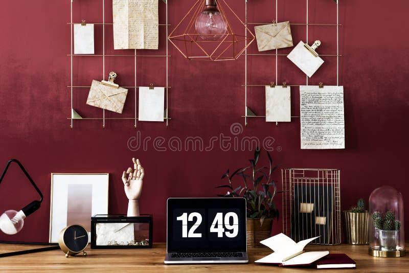 Arbetsområde med den körsbärsröda väggen arkivfoton