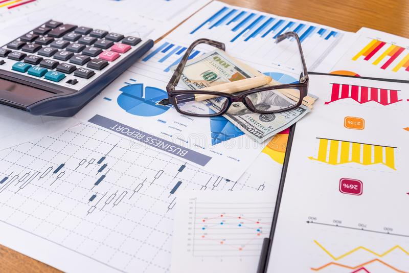 Arbetsplats av affärsanalytikeren, grafer och diagram på tabellen arkivbilder