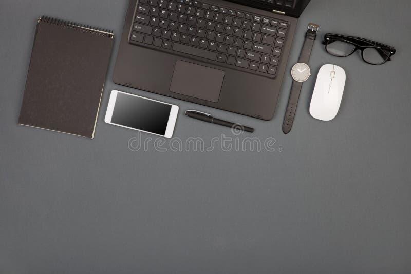 arbetsplats av affärsmannen - bärbar dator, smartphone, exponeringsglas och notep arkivbilder