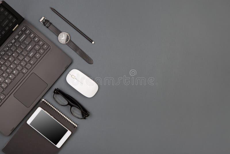 arbetsplats av affärsmannen - bärbar dator, smartphone, exponeringsglas och notepad royaltyfri fotografi
