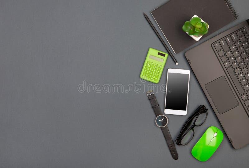 arbetsplats av affärsmannen - bärbar dator, smartphone, exponeringsglas och notepad arkivfoton