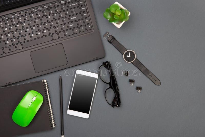 arbetsplats av aff?rsmannen - b?rbar dator, smartphone, exponeringsglas och notepad arkivbilder