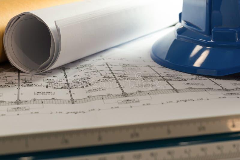 Arbetsplats av arkitekten - arkitekten rullar och plan _ arkivbild