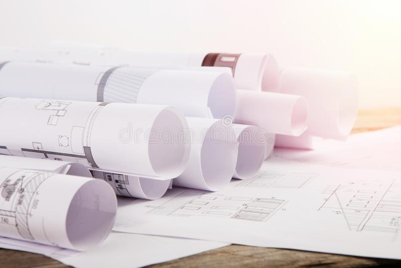 Arbetsplats av arkitekten - byggnadsritningar fotografering för bildbyråer