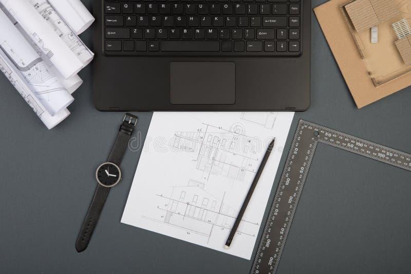 Arbetsplats av arkitekten - byggnadsritningar, skalamodell och hj?lpmedel arkivbild