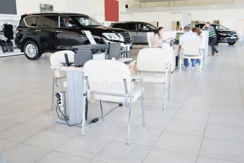 Arbetsplats av chefer i en återförsäljares bilvisningslokal royaltyfria bilder