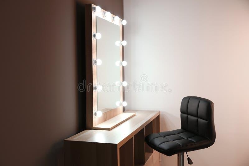 Arbetsplats av den yrkesmässiga makeupkonstnären med spegeln arkivfoto