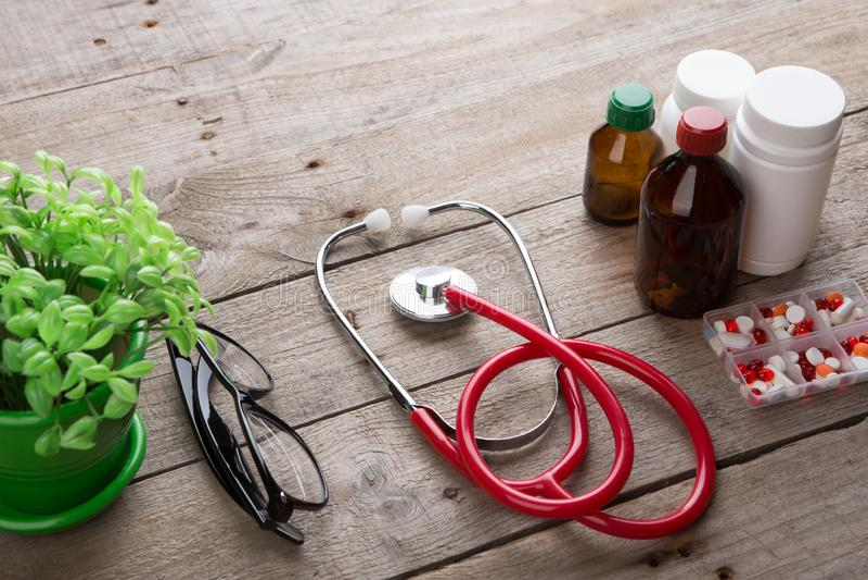 Arbetsplats av en doktor - stetoskop p? tr?skrivbordet arkivfoton