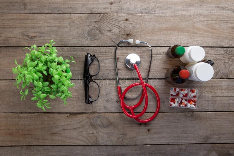 Arbetsplats av en doktor - stetoskop p? tr?skrivbordet fotografering för bildbyråer