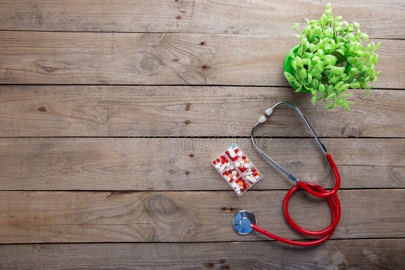Arbetsplats av en doktor - stetoskop p? tr?skrivbordet royaltyfri bild