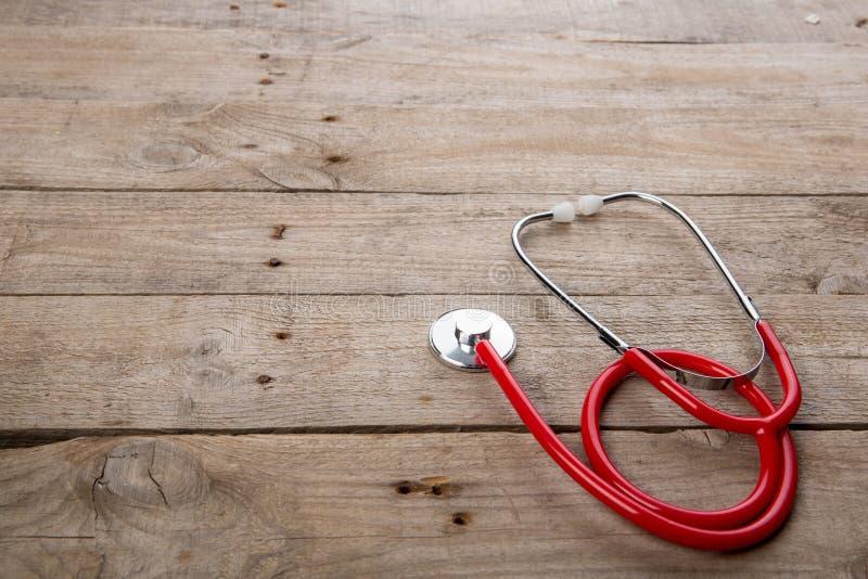 Arbetsplats av en doktor - stetoskop p? tr?skrivbordet arkivfoto