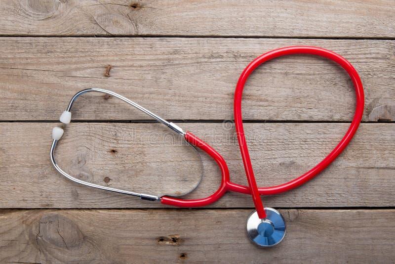 Arbetsplats av en doktor - stetoskop p? tr?skrivbordet royaltyfria foton