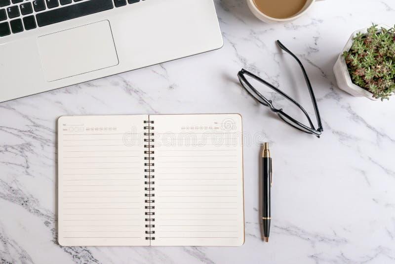 Arbetsplats bärbar datordator, anteckningsbok Aff?rsarbetsbegrepp fotografering för bildbyråer