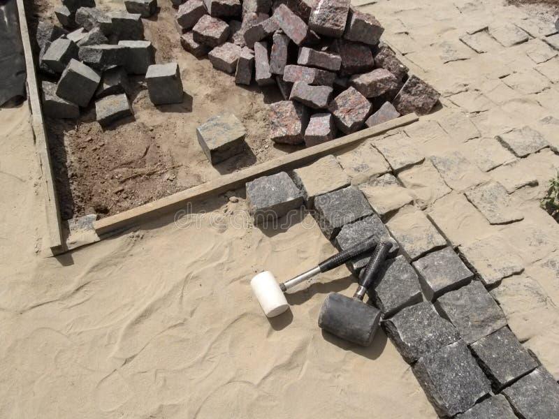 Arbetsplats för att lägga förberedande stenar för granit - bästa sikt royaltyfri fotografi