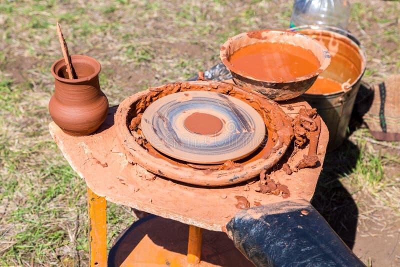 Arbetsplats för keramiker` s med hjulet för keramiker` s arkivfoto