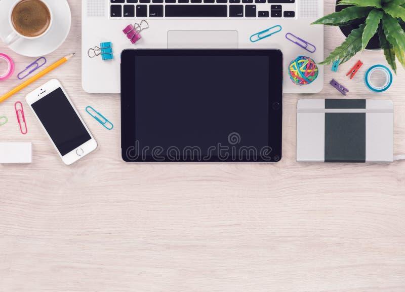 Arbetsplats för tabell för kontorsskrivbord med sikt för anteckningsbok för bärbar datorminnestavlasmartphone bästa med kopiering arkivbilder