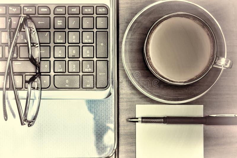 Arbetsplats i kontoret Anteckningsbok och en kopp kaffe Funktionsdugligt utrymme Begrepp: kontor affär fotografering för bildbyråer