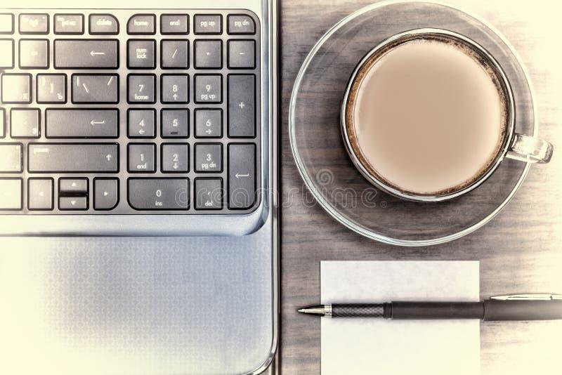 Arbetsplats i kontoret Anteckningsbok och en kopp kaffe Funktionsdugligt utrymme Begrepp: kontor affär arkivbild
