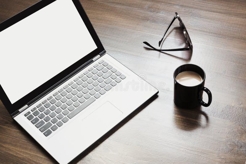 Arbetsplats med den öppna bärbara datorn, kaffe och tillbehören på kontorstabellen Utrymme för bästa sikt och kopierings arkivfoton