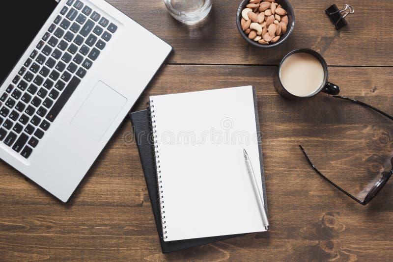 Arbetsplats med den öppna bärbara datorn, tillbehör på kontorstabellen Utrymme för bästa sikt och kopierings arkivfoto