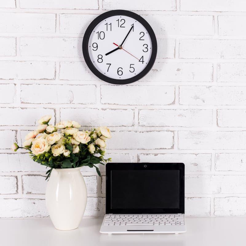 Arbetsplats med den moderna bärbara datorn på tabellen hemma eller i regeringsställning arkivbilder