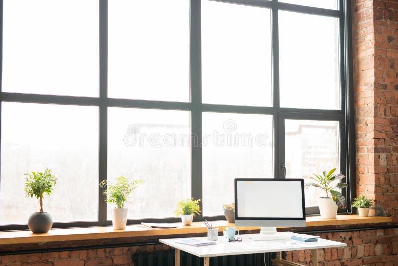 Arbetsplats vid kontorsfönstret royaltyfri foto