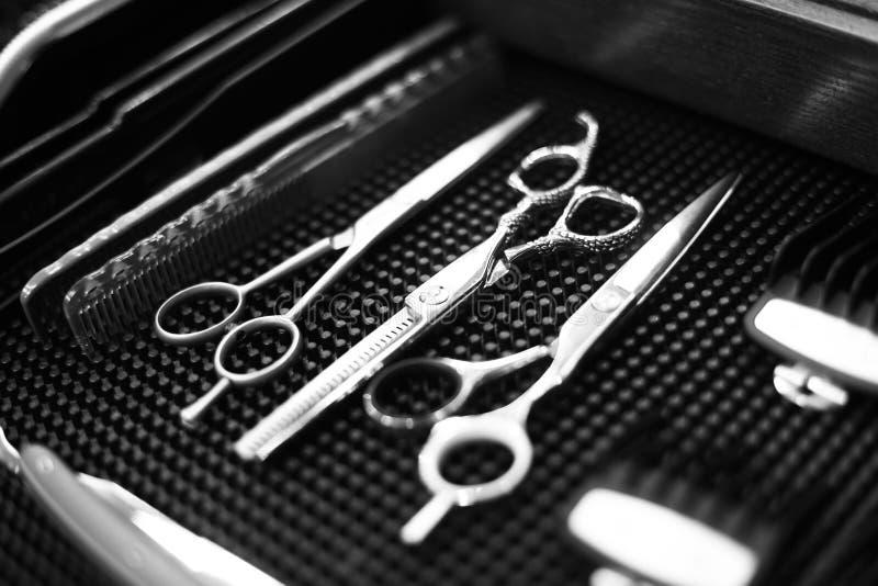 Arbetsplatsen av barberaren Hjälpmedel för en frisyr Svartvit bild arkivbilder