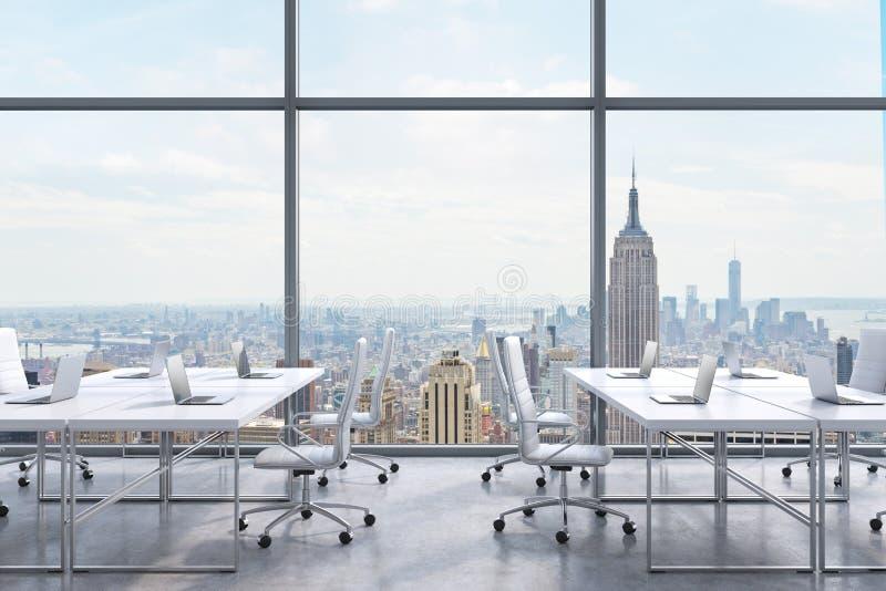 Arbetsplatser i ett modernt panorama- kontor, New York City sikt från fönstren Ett begrepp av finansiell konsulterande service vektor illustrationer