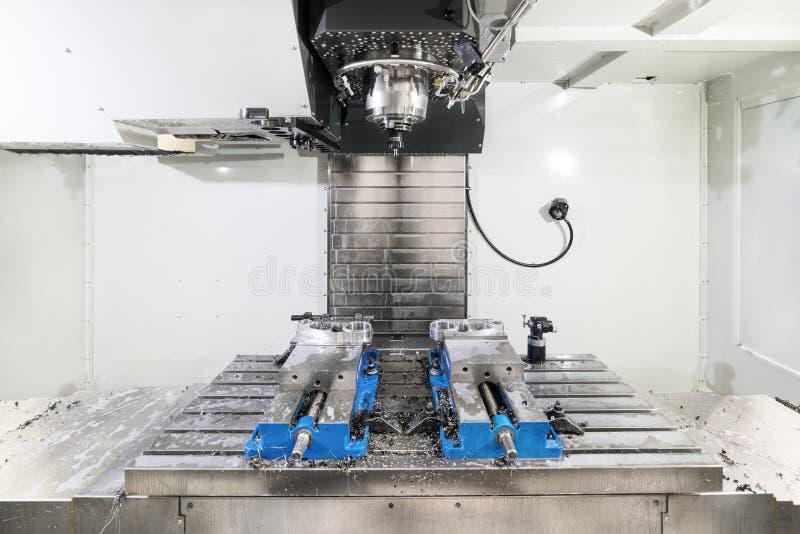 Arbetsutrymme av den moderna CNC-malningmaskinen royaltyfria bilder
