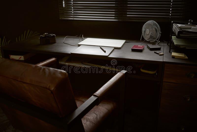 Arbetsutrymme på den svarta tabellen av en fotograf arkivfoton